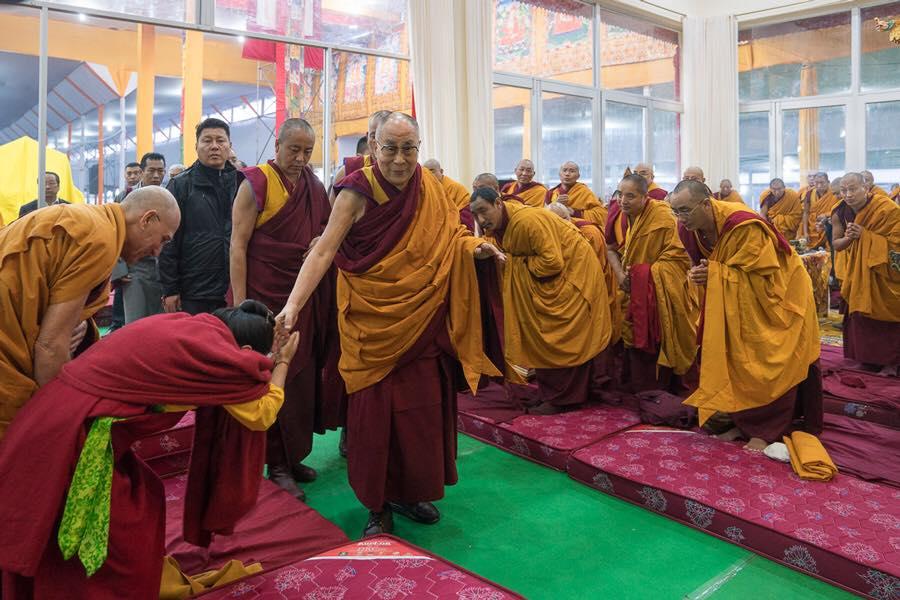 L'ingresso di Sua Santità il Dalai Lama, omaggiato dai lama presenti, al tempio di Kalachakra